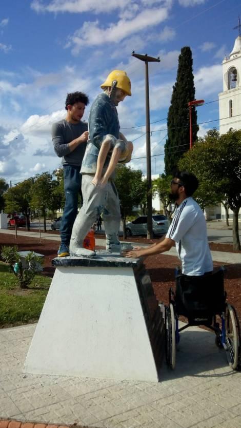 Chaves y Macheroni trabajando en la restauración del monumento a los bomberos.